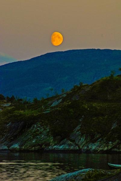 Moon over Sandhornoy